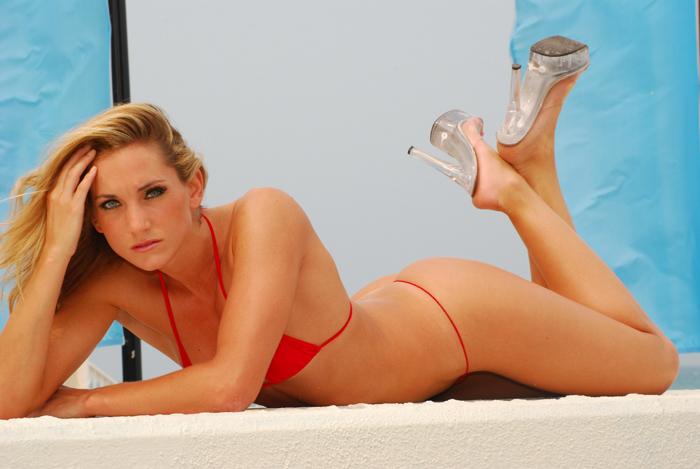 Julie juliesqueeze.com bikini-model